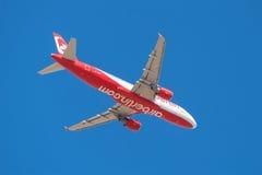 O ar Berlin Airbus 320 está decolando do aeroporto sul de Tenerife o 13 de janeiro de 2016 Fotos de Stock