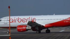 O ar Berlin Airbus A320 prepara-se para decolar vídeos de arquivo