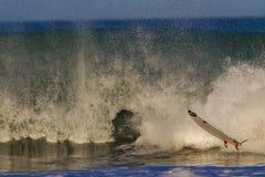 O ar da placa de ressaca limpa para fora a água Foto de Stock