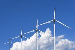 O ar mói a central elétrica contra o céu Energia alternativa Imagens de Stock Royalty Free