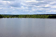 O ` Arbonne do lago D tem sobre 65 acampamentos com as 18 cabines das férias para uma grande experiência da pesca ou do esporte d fotos de stock royalty free