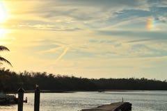 O arco-íris aparece no céu do por do sol sobre o parque do rv na chave da maratona fotografia de stock royalty free