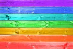 O arco-íris colorido pastel pintou o fundo de madeira, conceito alegre da bandeira fotografia de stock royalty free