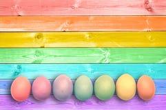 O arco-íris colorido pastel pintou o fundo de madeira das pranchas dos ovos foto de stock royalty free