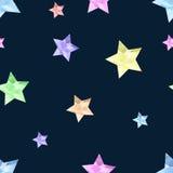 O arco-íris coloriu estrelas na obscuridade - teste padrão sem emenda do fundo azul Fotos de Stock