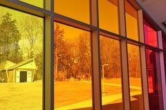 O arco-íris coloriu janelas no centro da descoberta do ` s das crianças de Kansas foto de stock royalty free