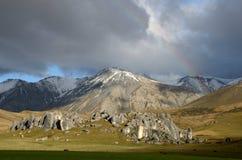 O arco-íris do monte do castelo ilumina o dia Fotos de Stock Royalty Free