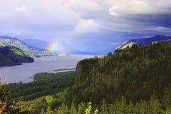 O arco-íris e as nuvens na Colômbia Gorge Oregon. imagens de stock royalty free