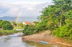 O arco-íris sobre Vang Vieng, Laos Fotografia de Stock