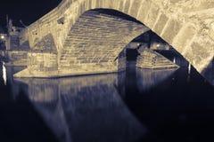 O arco da ponte velha em PÃsek Fotografia de Stock