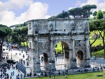 O arco de Constantim pelo Colosseum na cidade de Roma Itália foto de stock