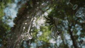 O arco do casamento no fundo do céu azul, decoração do casamento, os grânulos de cristal cintila no sol filme