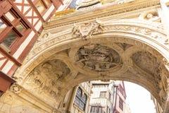 O arco do grande pulso de disparo em Rouen Bom pastor que cinzela no arco da torre de pulso de disparo de Rouen Normandy, France fotografia de stock
