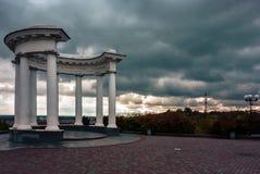 O arco dos amigos em Poltava, Ucrânia fotos de stock