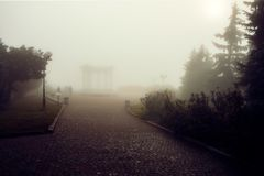 O arco dos amigos em Poltava, Ucrânia julga a imagem na névoa O texto diz imagens de stock