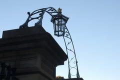 O arco e a luz velhos da forma sobre a entrada no fim da tarde iluminam-se fotos de stock royalty free