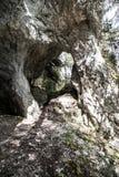 O arco natural grita o monte de Poludnica em montanhas de Nizke Tatry em Eslováquia fotos de stock royalty free