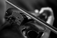 O arco no close up do violino das cordas imagens de stock