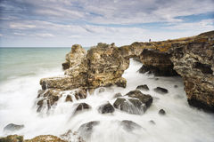 O arco rochoso perto de Tyulenovo Fotografia de Stock Royalty Free