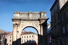 O arco triunfal do Sergi nos Pula imagens de stock