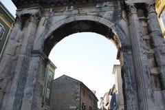 O arco triunfal do Sergi nos Pula imagens de stock royalty free