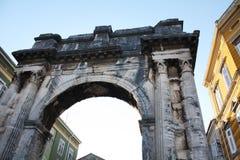 O arco triunfal do Sergi nos Pula foto de stock royalty free