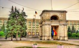O arco triunfal e a construção do governo em Chisinau - Mol Imagem de Stock Royalty Free