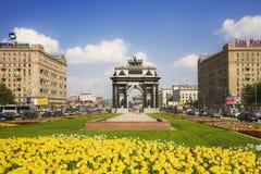 O arco triunfal no dia ensolarado de Moscou Imagem de Stock