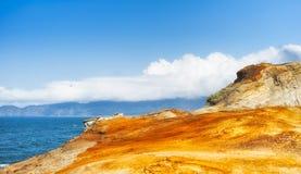 O arenito e uma vista da Costa do Pacífico alinham foto de stock