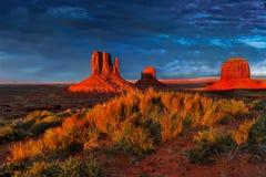 O Arizona, parque do indiano de Navajo, cena da paisagem do por do sol, vale do monumento Foto de Stock