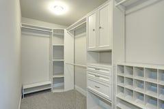 O armário de pessoas sem marcação estreito alinhado com gavetas incorporados Fotografia de Stock Royalty Free