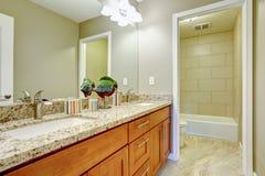 O armário moderno da vaidade de Brown com gavetas e o granito cobrem Fotografia de Stock Royalty Free