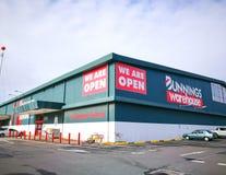 O armazém de Bunnings, é uma loja de ferragens internacional do agregado familiar, a imagem mostra a construção de loja na mascot foto de stock