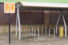 O armazenamento do passeio do parque do ciclo fixa o abrigo da cremalheira no lugar para fitnes vivos saudáveis do estilo de vida foto de stock royalty free