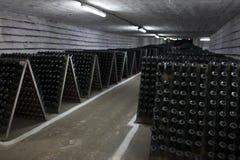 O armazenamento do vinho espumante em uma adega de vinho fotografia de stock royalty free