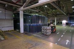 O armazém estabelece como premissa a cerveja e outras bebidas alcoólicas Forklift Fotografia de Stock