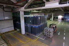 O armazém estabelece como premissa a cerveja e outras bebidas alcoólicas Forklift Fotos de Stock