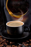O aroma perfumado do café fresco, forte com uma espuma rica, grossa não sairá de qualquer um indiferente imagem de stock royalty free