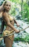 O arqueiro de madeira fêmea louro do duende da fantasia com posição da curva e da seta guarda Imagens de Stock