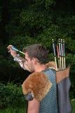O arqueiro medieval novo com camisa chain alcança para a seta Fotos de Stock Royalty Free