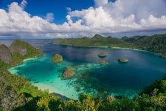 O arquipélago de ilhas do paraíso no oceano Imagem de Stock