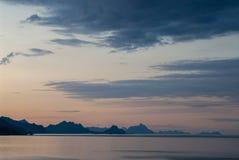 O arquip?lago de Lofoten em Noruega do norte iluminada pelo sol da meia-noite foto de stock