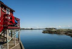 O arquip?lago de Lofoten em Noruega do norte no c?u azul do daywith ensolarado foto de stock royalty free
