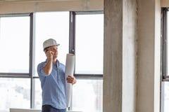 O arquiteto de Cheeful está falando com um cliente no telefone celular imagens de stock