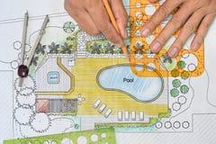 O arquiteto de paisagem projeta o plano do quintal com associação Fotos de Stock