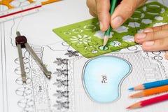 O arquiteto de paisagem projeta o plano do quintal com associação Fotografia de Stock