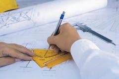 O arquiteto desenha um modelo Foto de Stock Royalty Free