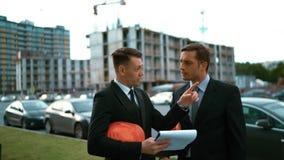 O arquiteto dois discute a construção nova e mostra os polegares acima video estoque