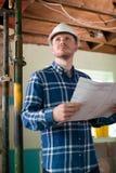 O arquiteto Inside House Being renovou o estudo de planos foto de stock