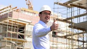 O arquiteto no canteiro de obras mostra os polegares acima vídeos de arquivo